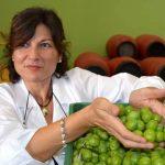 Giusy Cascio prende in mano le olive